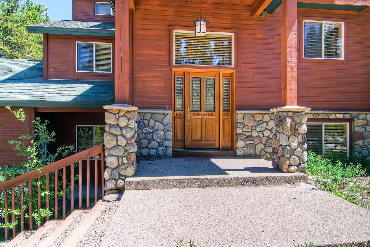 The rustic exterior of Antlers Ridge Lodge features river rock accents set into the foundation.