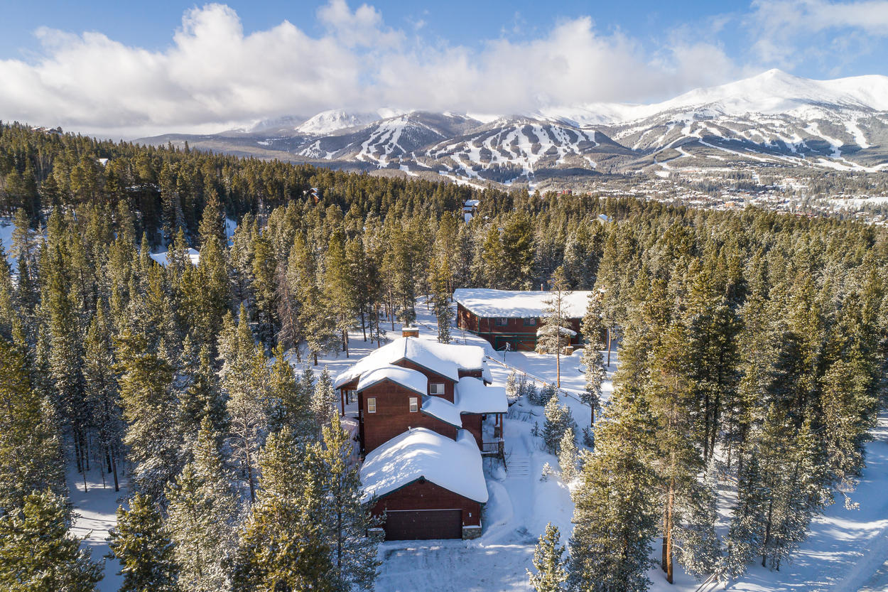 A short 10-minute drive from the home allows access to the slopes of Breckenridge