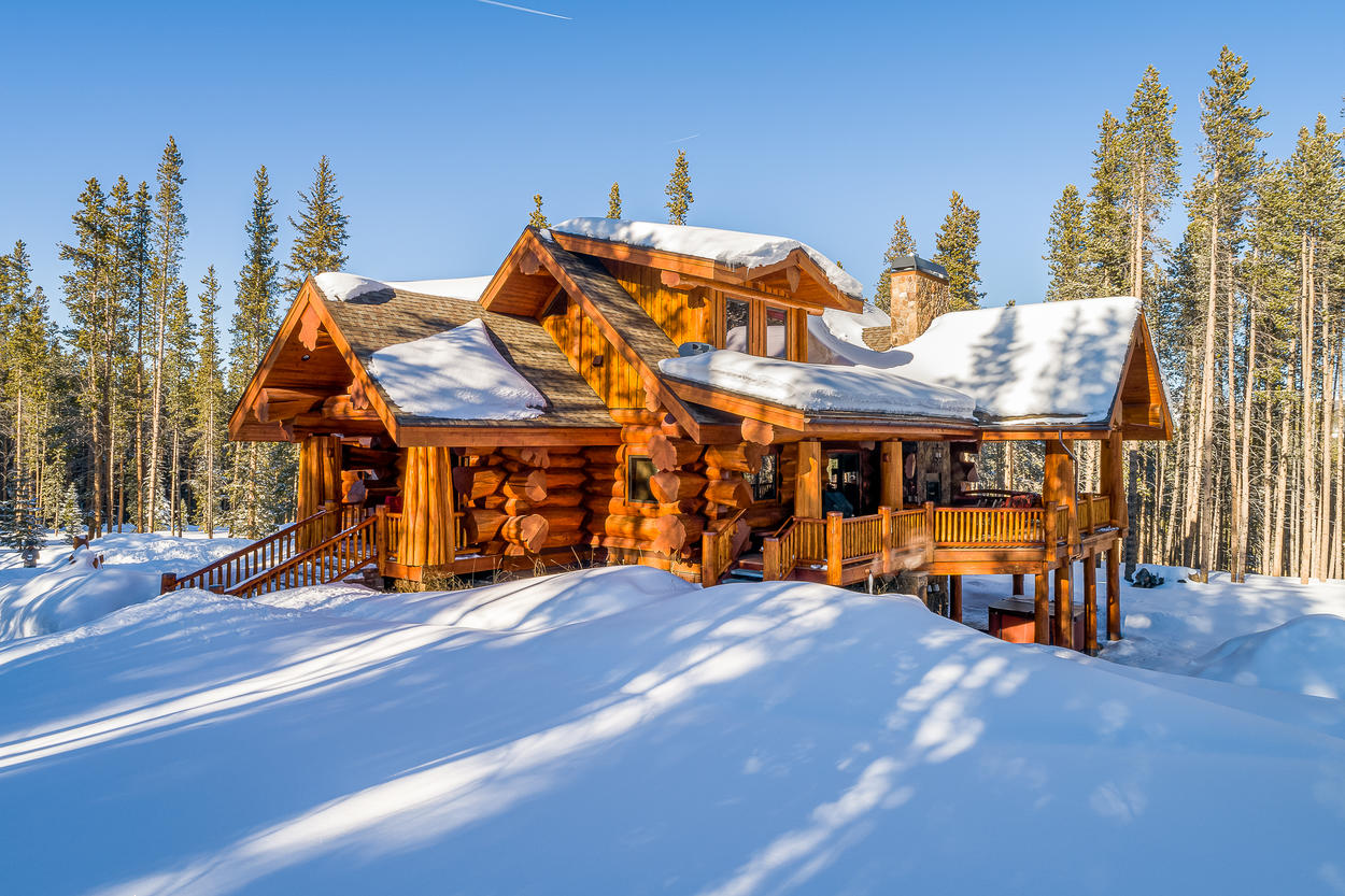 Moose Ridge Cabin is a luxurious take on the traditional log cabin