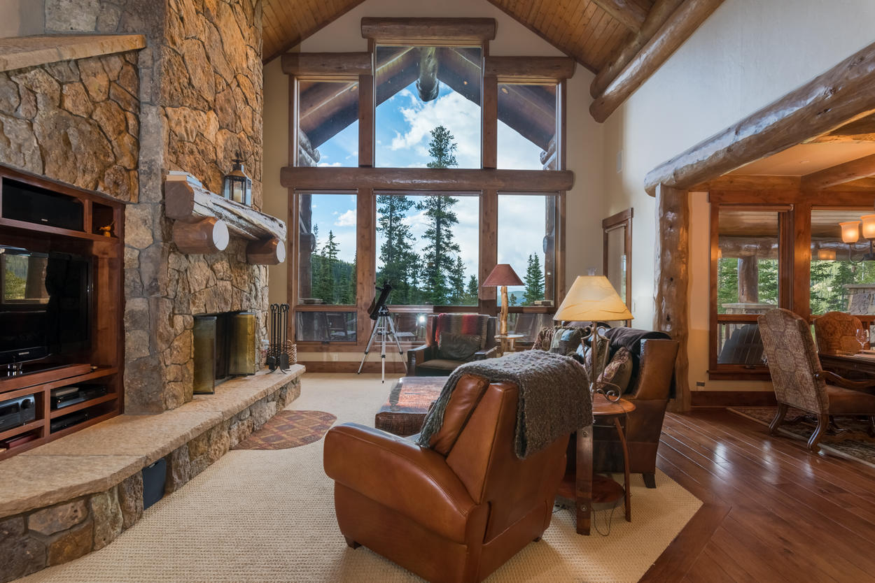The center windows in the lofted ceiling great room greet you with impressive and unbeatable views of the mountains.