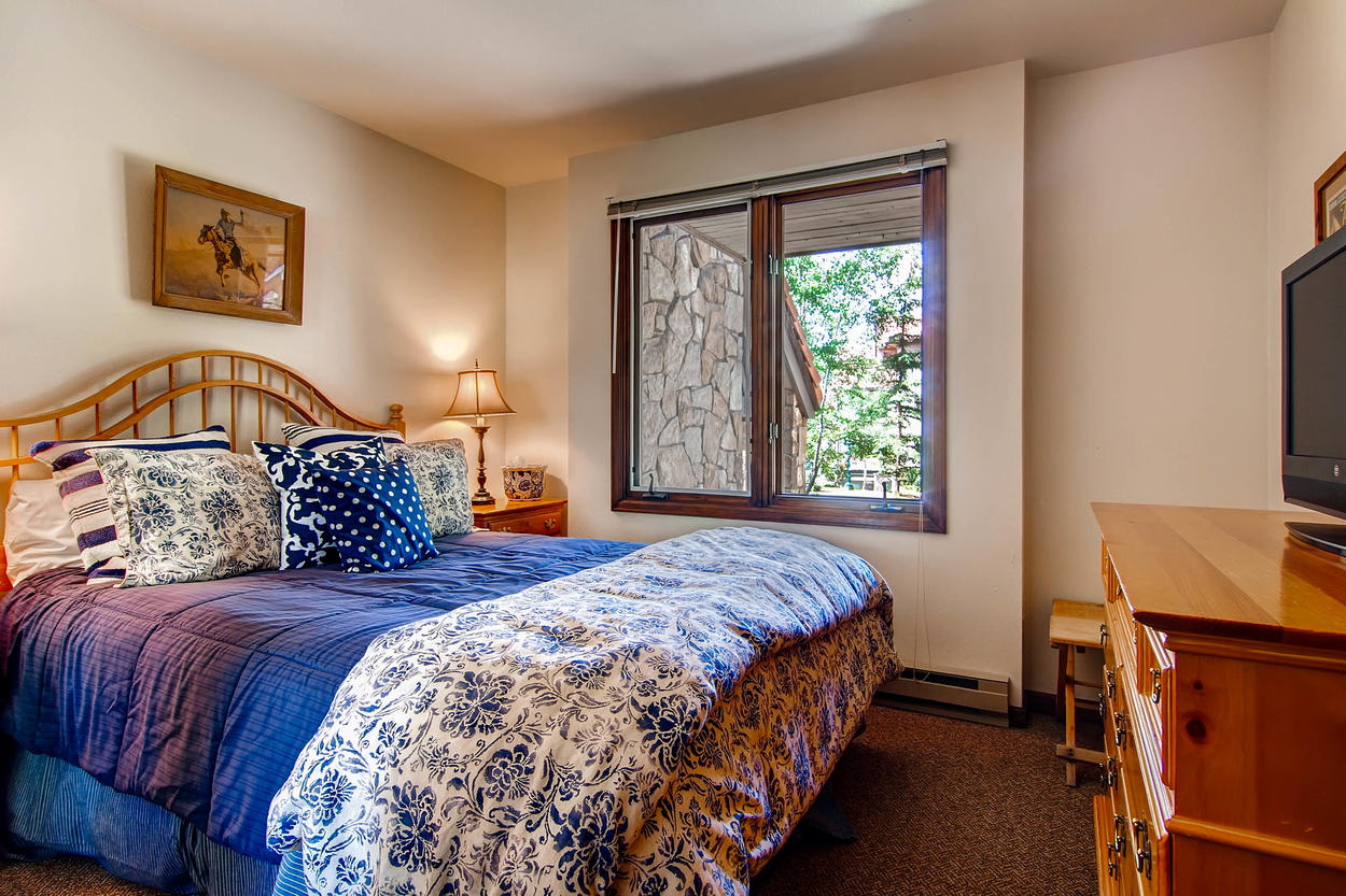 You'll feel 'contento' in Guest Bedroom #2 with its comfy queen bed and flatscreen TV.
