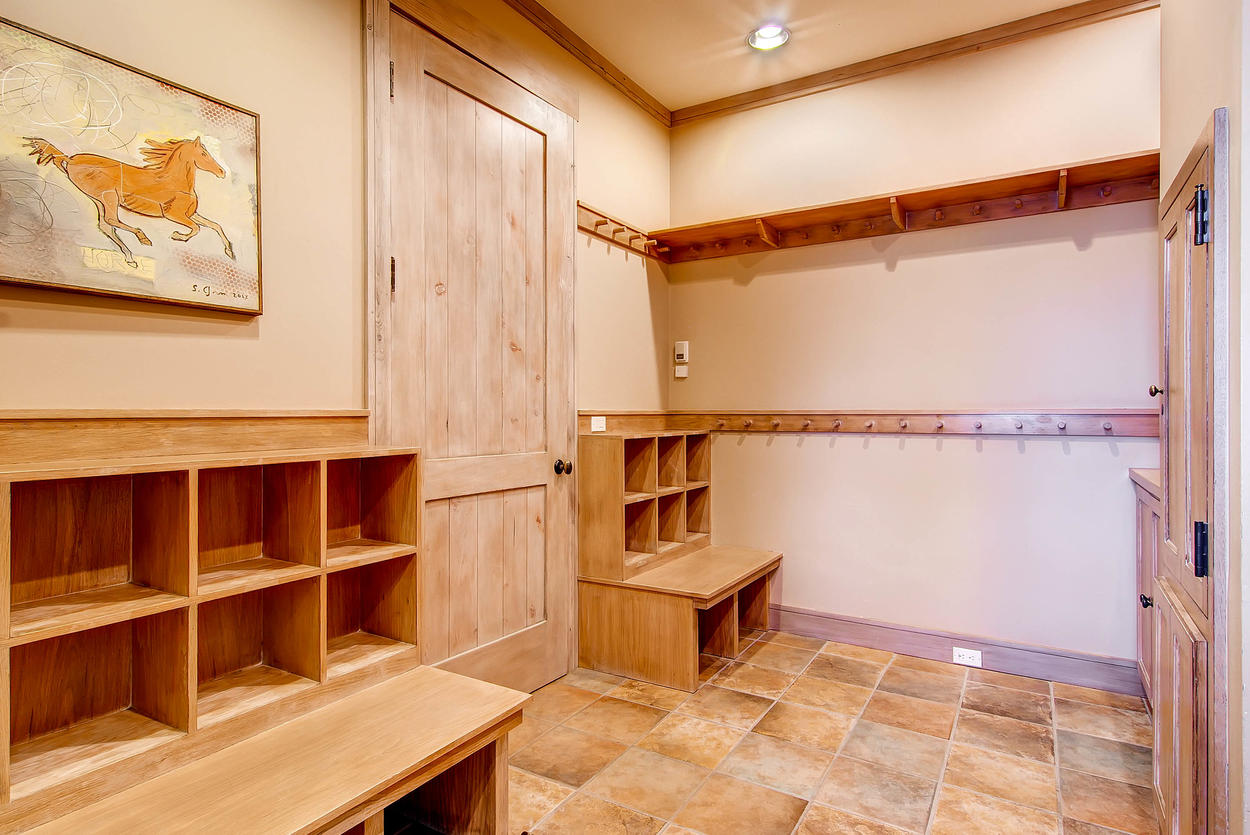 All your guests can throw their ski stuff in an individual cubby to save some time scrounging for gear in the morning.
