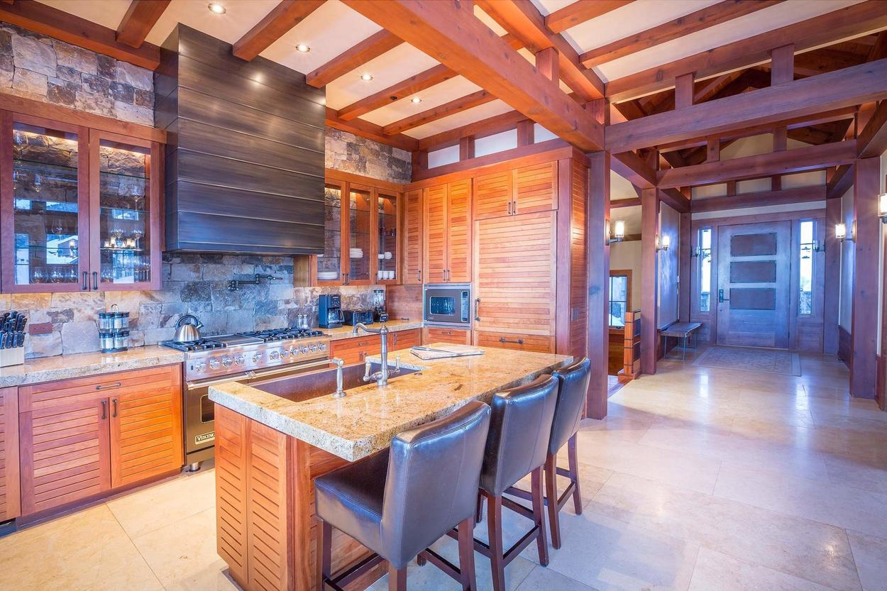Just look at the space you have to work with, and the wood-paneled appliances keep you in style.