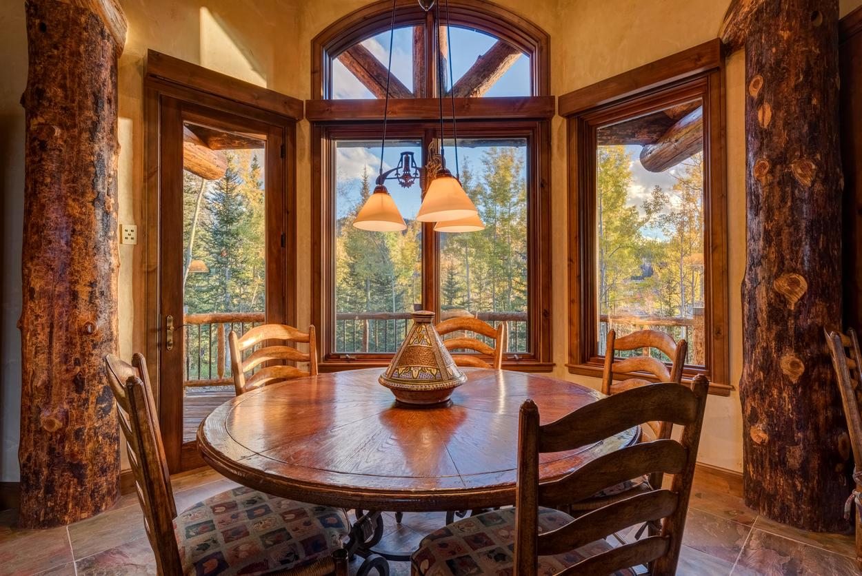 Wonder where you're gonna seat everyone to eat? Start with 5 in the breakfast nook.