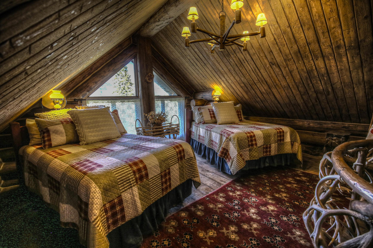 The Hot Springs House flex room features two full-size beds.