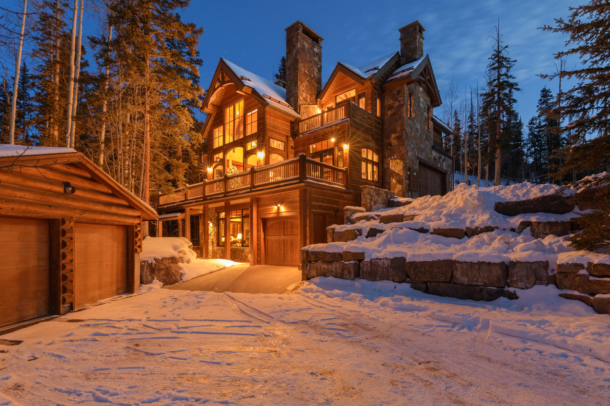This cabin-style mountain home will greet you warmly at the end of each day spent in the natural paradise of Telluride