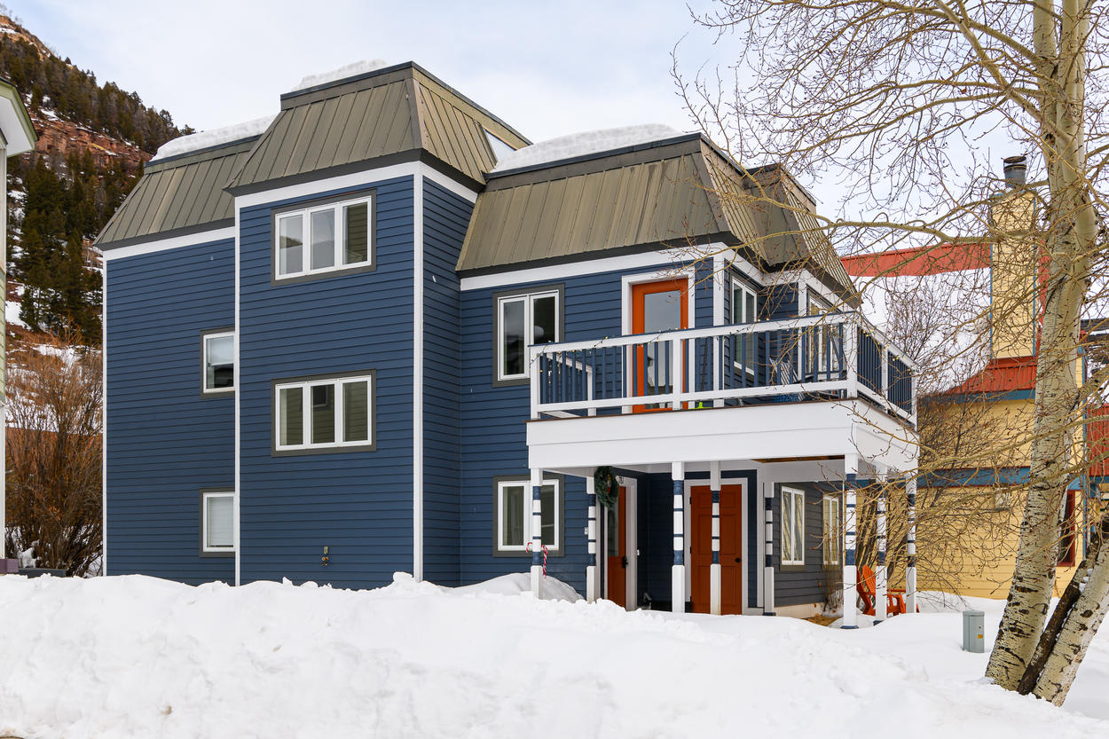 With the Chair 7 ski lift a 5-minute walk away and all the shops, restaurants, and bars just down the street, this home is perfect anytime of year.