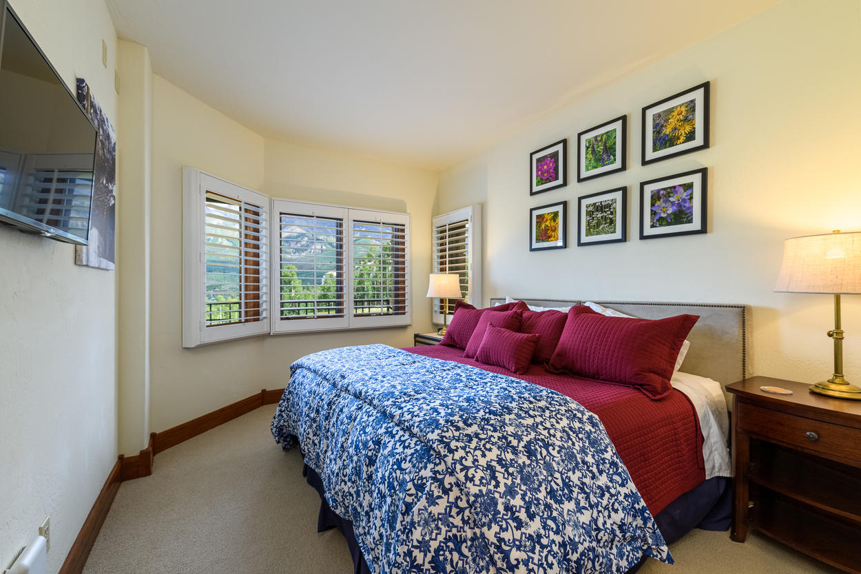 The first-floor guest bedroom offers two standard twin beds that may be converted to a king bed.