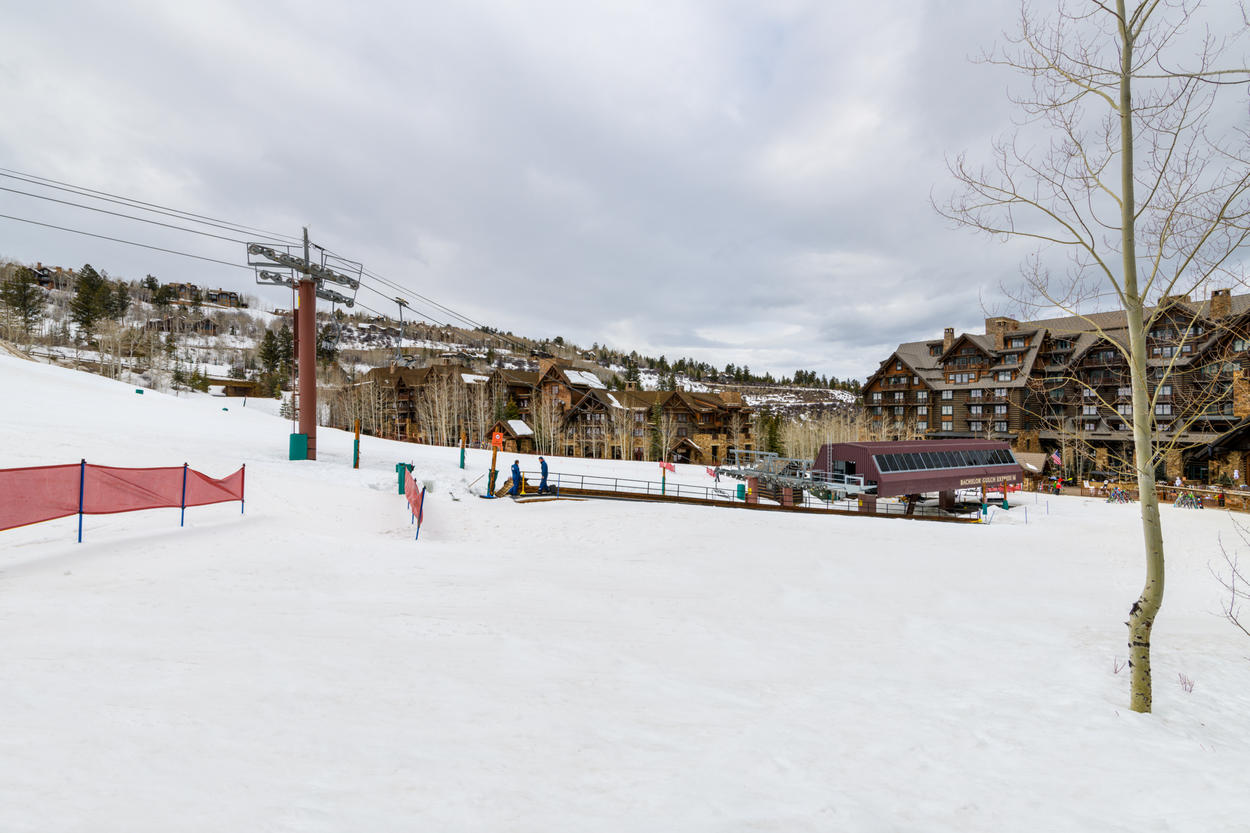 Start your day from Snowcloud Lodge for zero wait lines when the Bachelor Gulch Express lift starts running.
