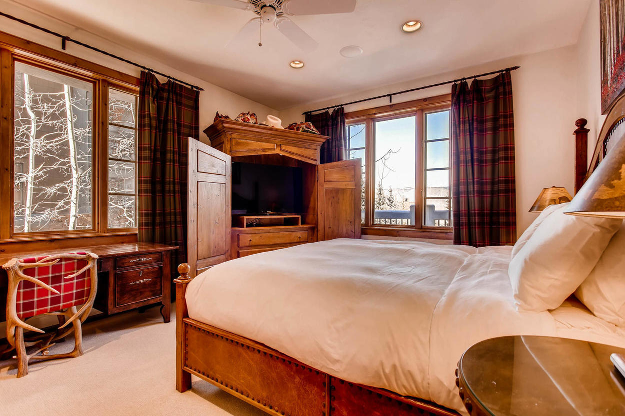 Within the master bedroom you'll find a working desk with views of the nature outside.