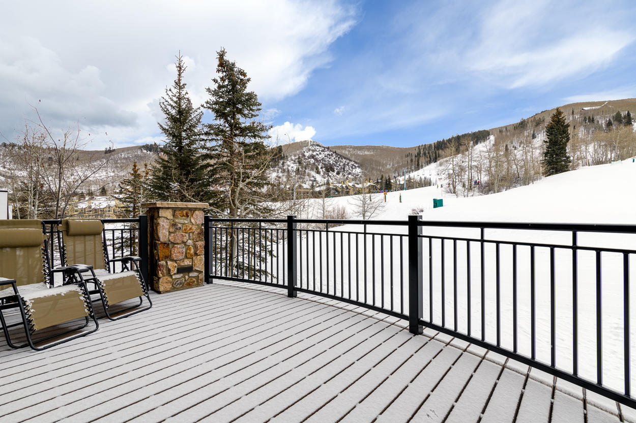 A shared slopeside deck in the community area offers more views of the mountainside and ski runs.