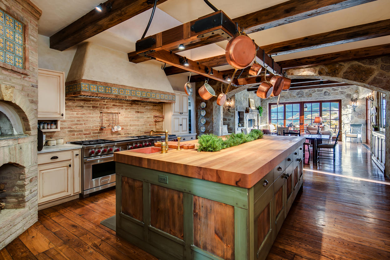 There's a wood-fired pizza oven in the kitchen as well, which uses a gas starter for ultimate convenience.