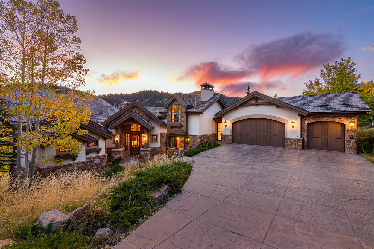 Wayne Creek Manor is in an idyllic location just a free, 4-minute on-demand ride away from the slopes of Beaver Creek.