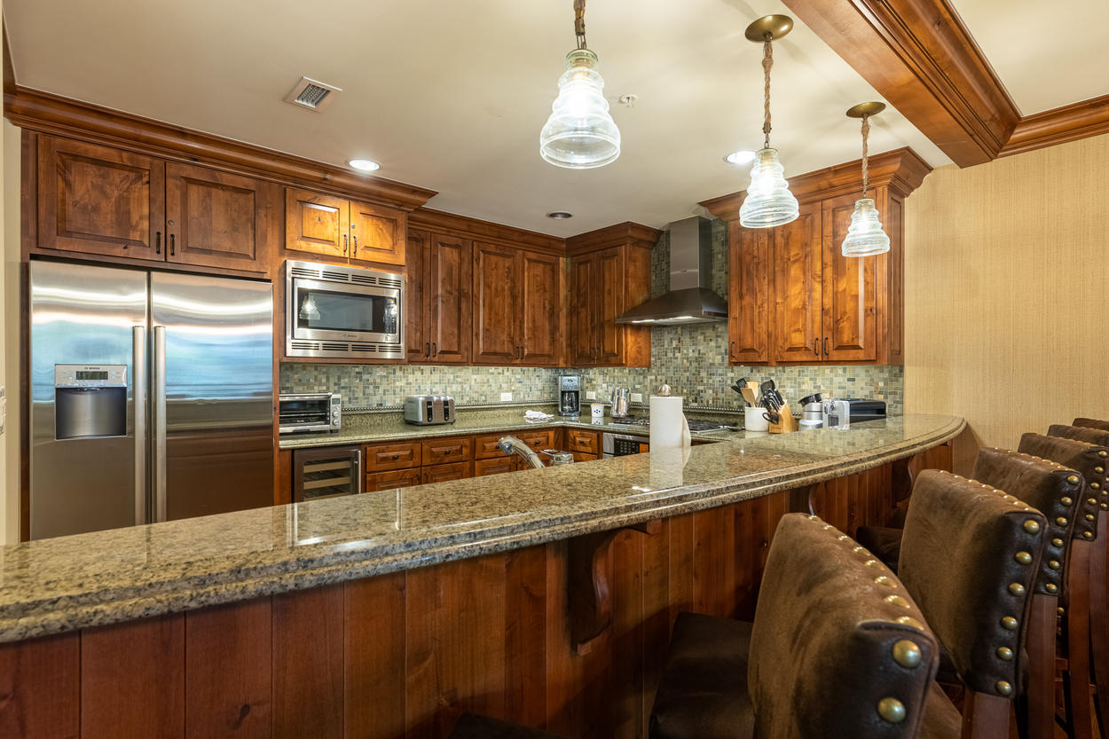 The breakfast bar between the dining area and the kitchen can seat another 6 guests.