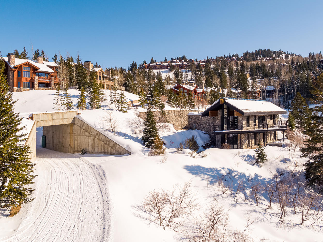 This home has amazing ski access right to Deer Valley.  In the summer it has great great access to hiking and mountain biking trails.