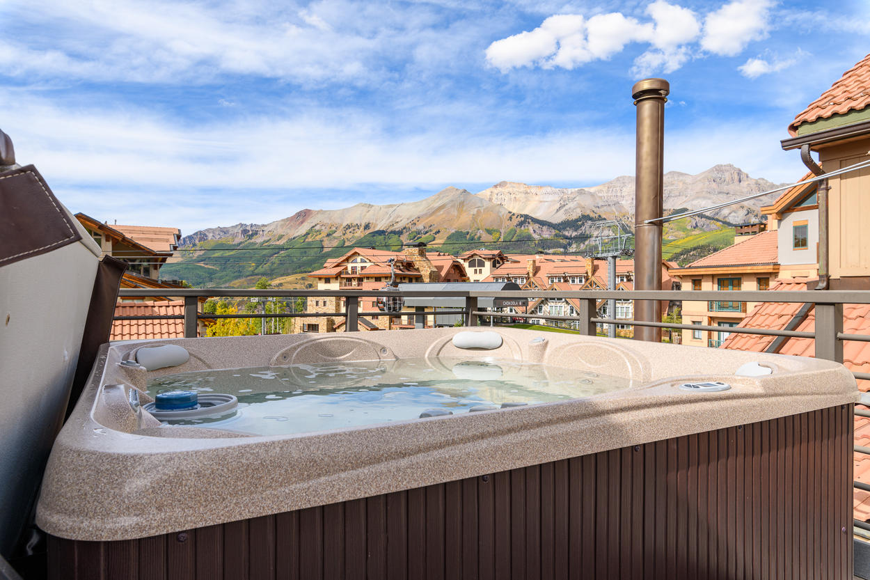 The community rooftop hot tub has exceptional views.