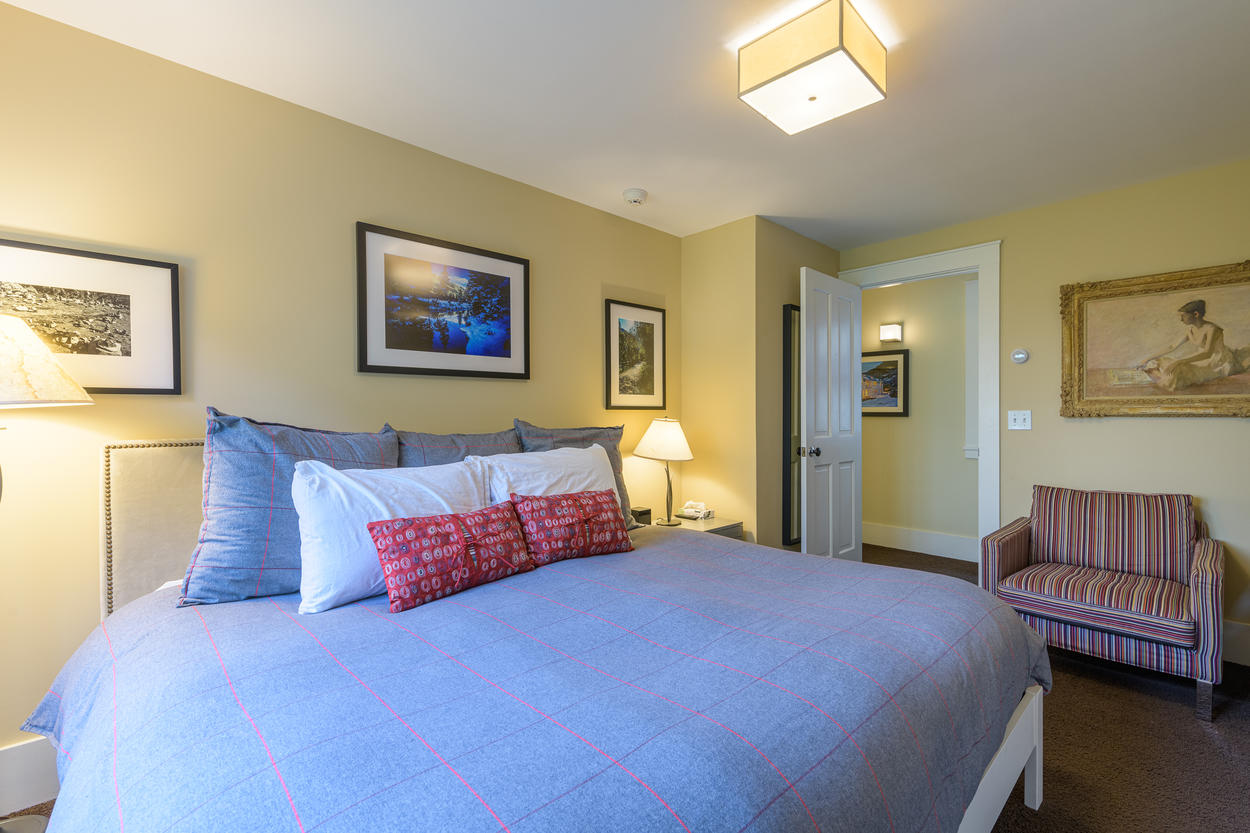 The second guest bedroom is also located on the first floor, and the king-size bed can be split into two twin beds.