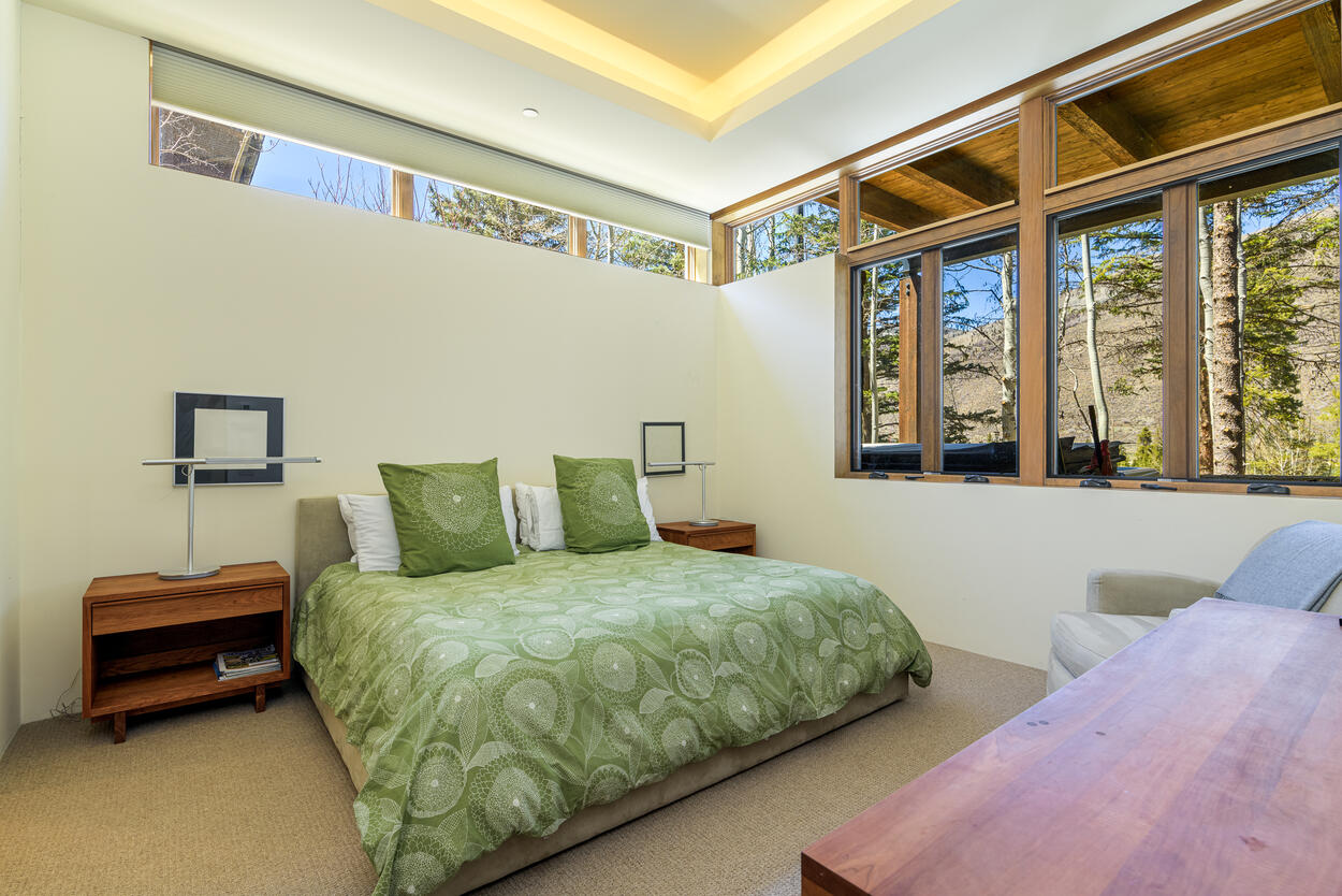 Guest bedroom with private en-suite downstairs